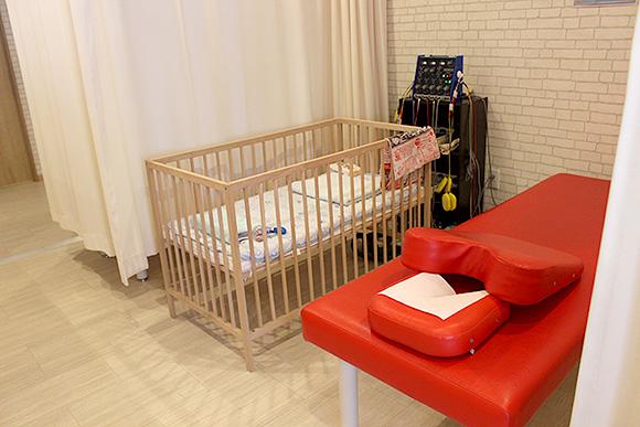 施術ベッドの横にベビーベッド